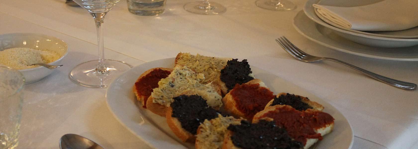crostini-antipasto-sul-tavolo-del-ristorante